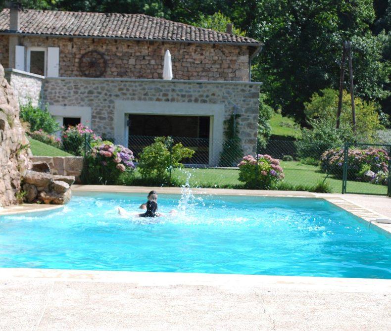 la piscine et la maison de vacances du grand gîte les Combes en Ardèche