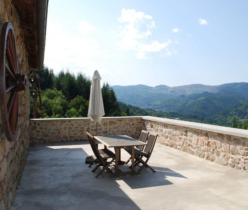 vue de la grande terrasse du grand gîte les Combes en Ardèche