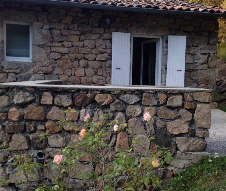 une terrasse en pierres du grand gîte les Combes