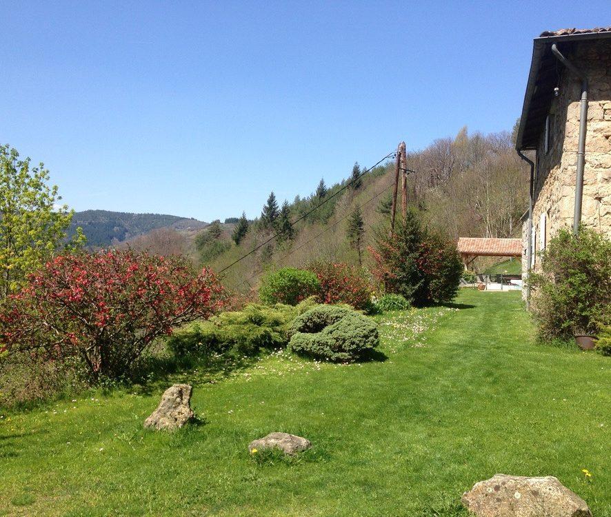 La beauté de l'Ardèche et du site du grand Gite Les Combes avec sa piscine chauffée en fond